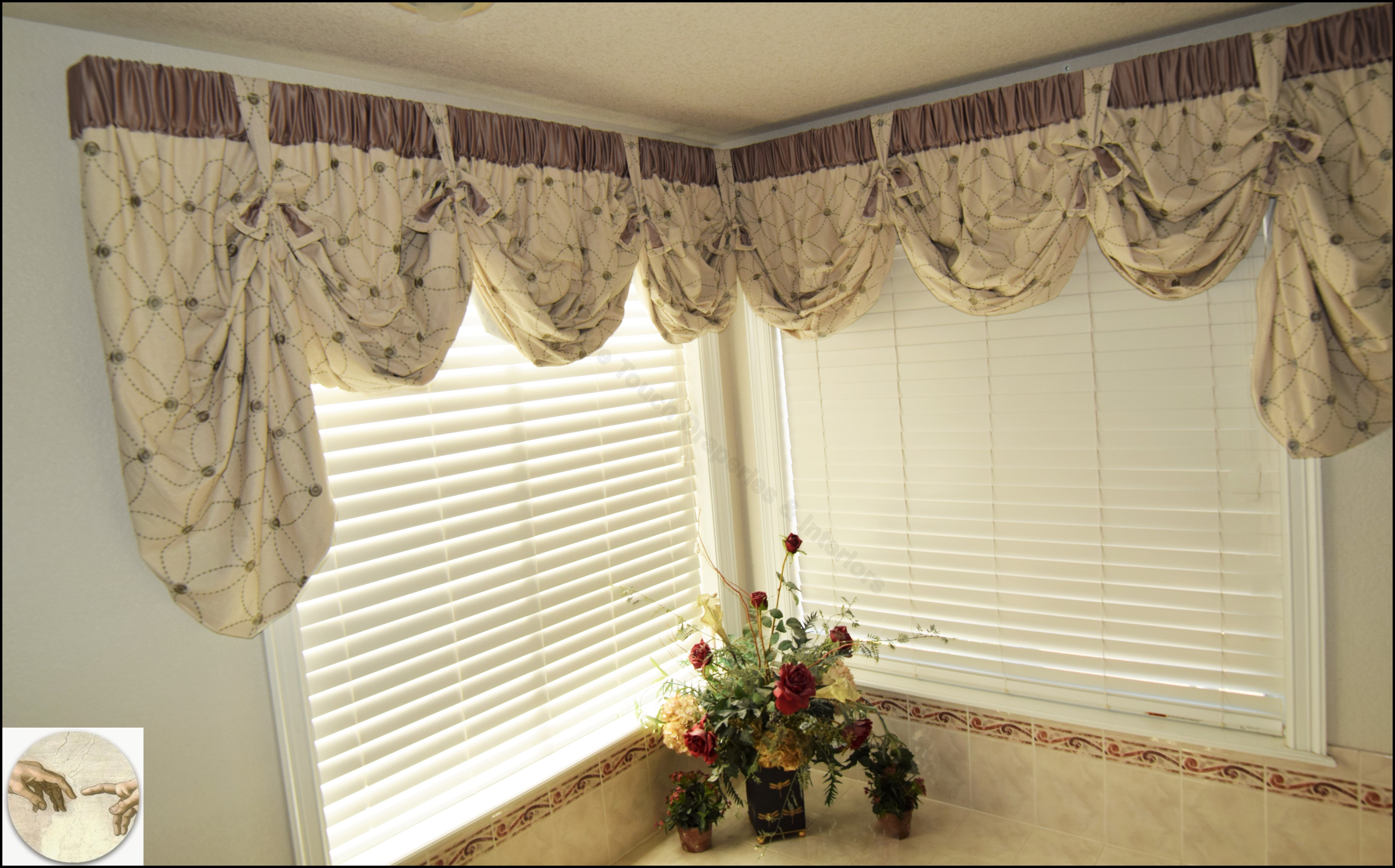 Corner window with a relaxed scalloped valance